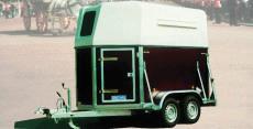Typ PD - Zwei-Pferde-Anhänger - Multiplex mit Vollpolyesterdach und mit Heckklappe
